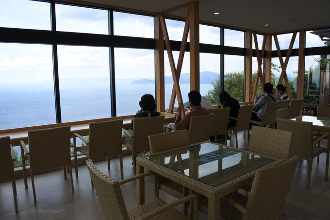 「中央テラス」のカフェではドリンクや軽食も