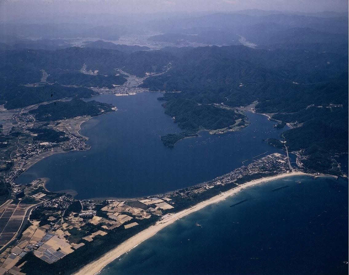 美しい海岸線に海水浴場!映画『海賊と呼ばれた男』のロケ地!「小天橋」