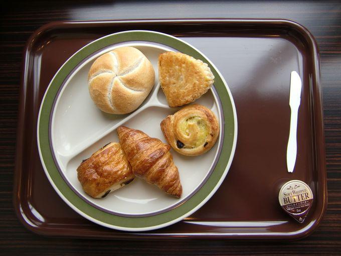 無料朝食はバイキング!焼き立てパンが最高!