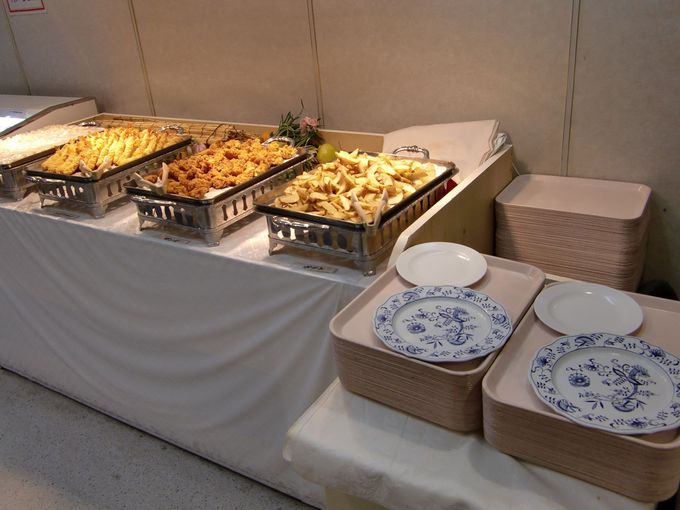 レストランは夕食はバイキング!朝食は和食か洋食のセット!