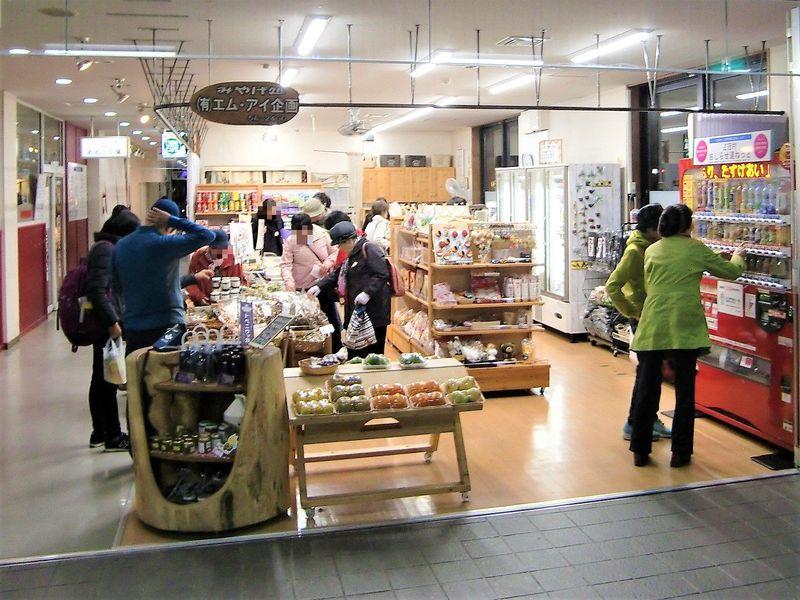 道の駅の土産店「エムアイ企画」では山菜などがいっぱい!