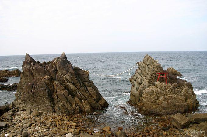 「雄龍・雌龍の岩」は夕日がきれい!悲しい伝説がある奇岩
