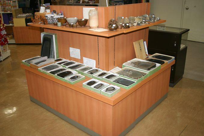 対馬やまねこ空港売店では地元の対馬焼・若田石硯・真珠を販売!