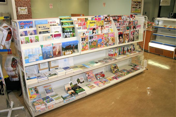 売店には地元の焼酎も販売!軽食・書籍コーナーも