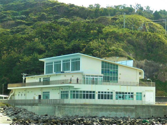 新島(黒根)港、神津島(前浜)港は土産店に観光案内所!