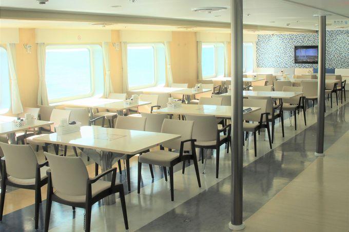 客室は個室・カーペット敷に座席も!最上階にレストラン