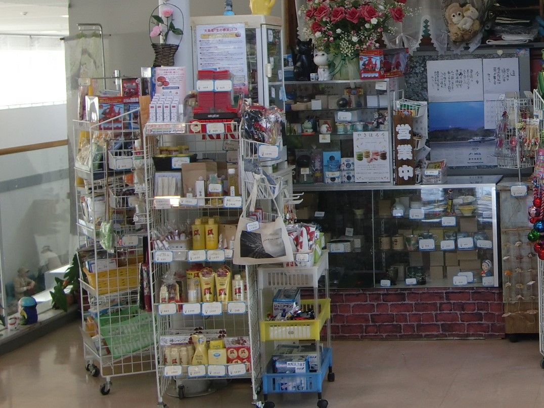 杉本売店では椿の加工品に大島土産を販売中!