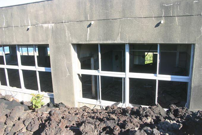集落が溶岩流で埋まった跡!校舎が生々しい「火山体験遊歩道」