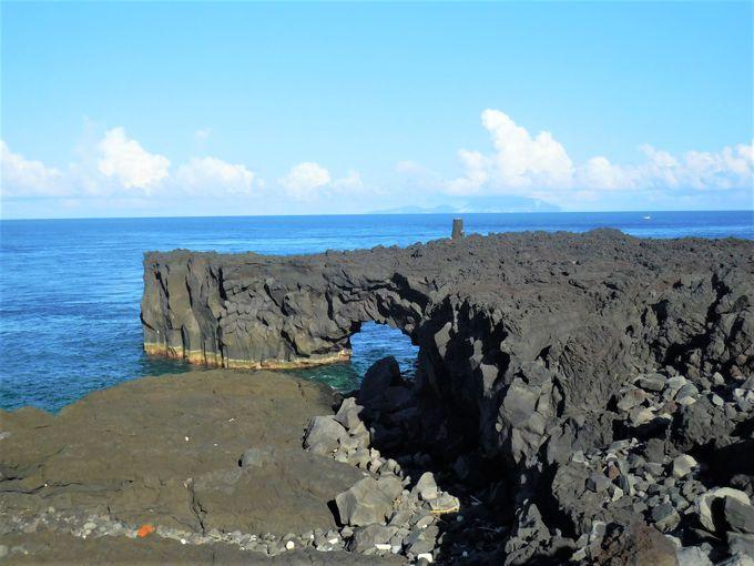 奇岩・メガネ岩に島の最西端・今崎海岸は溶岩流の跡!