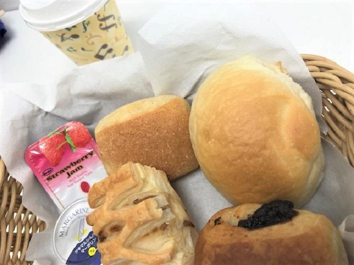 朝食はホテルで焼いたパン!新幹線を見ながらの食事も