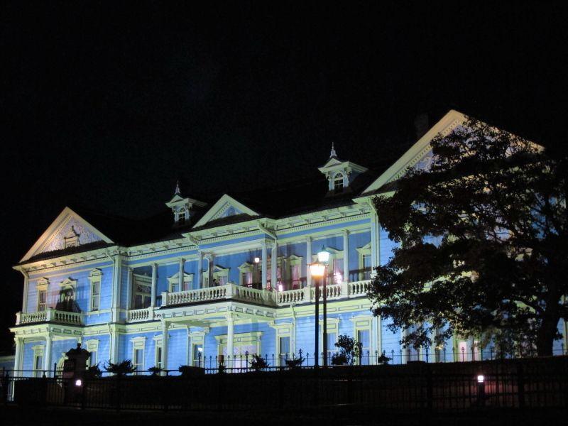 ブルーとイエローの外壁、旧函館区公会堂