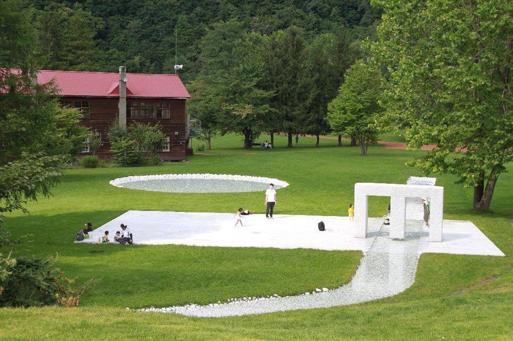 子どもたちに大人気 大理石の小石が敷き詰められた「水の広場」