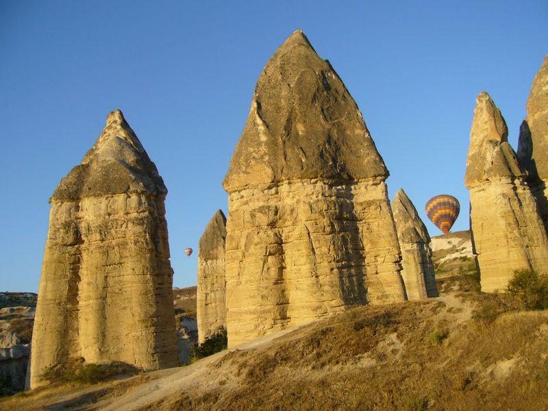 まるで別の惑星?気球から見る、トルコ「カッパドキアの大奇石地帯」