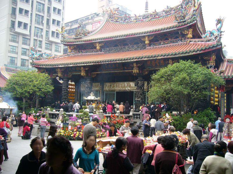 神や仏も大集合!台湾最強パワースポット・台北「龍山寺」