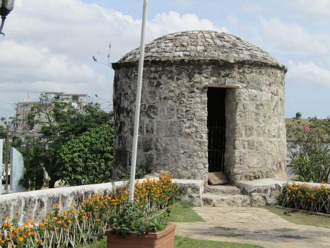 静かに歴史を語る砲台と砦
