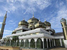 まるでSF!マレーシア・黄金に輝く「クリスタルモスク」