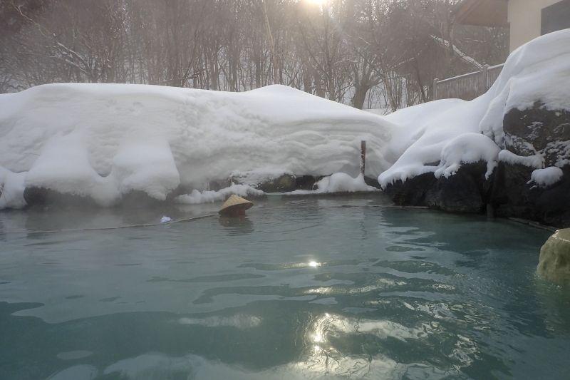 美しい乳白色の湯は源泉かけ流し!雪見酒も楽しめる