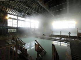 青森・酸ヶ湯温泉 総ヒバ造りの大浴場「ヒバ千人風呂」が圧巻!