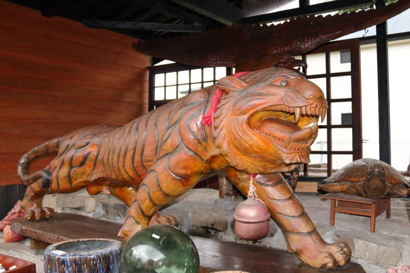 お庭に置いている「虎に翼」の彫刻が圧巻!