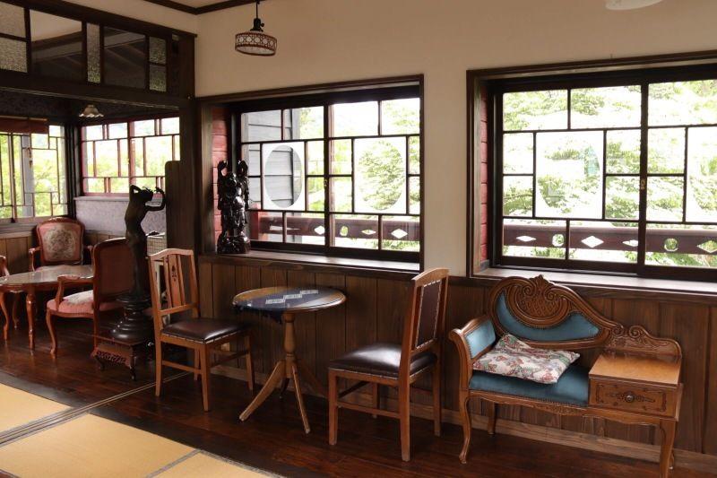 昭和の香りのするアンティークな調度家具で彩られた2階