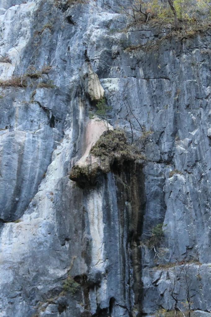 折り返し地点にある大猊鼻岩の穴へ運玉を投げて運試し