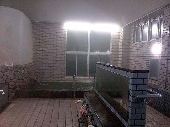 朝6時から利用できる天然温泉。