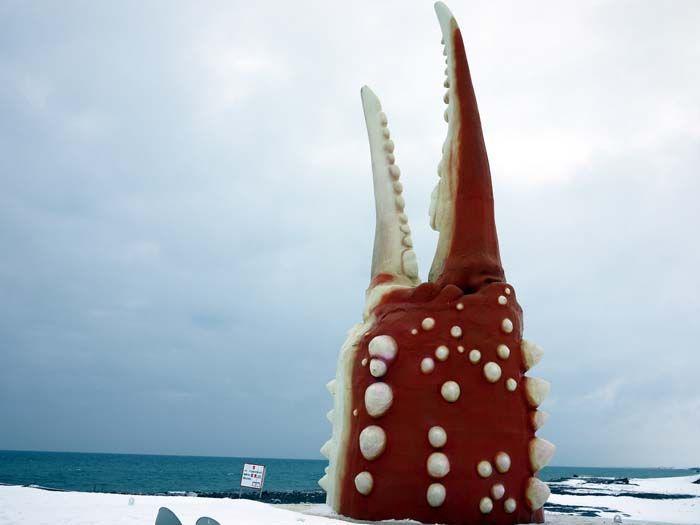 真っ白い雪に映える巨大カニ爪オブジェ