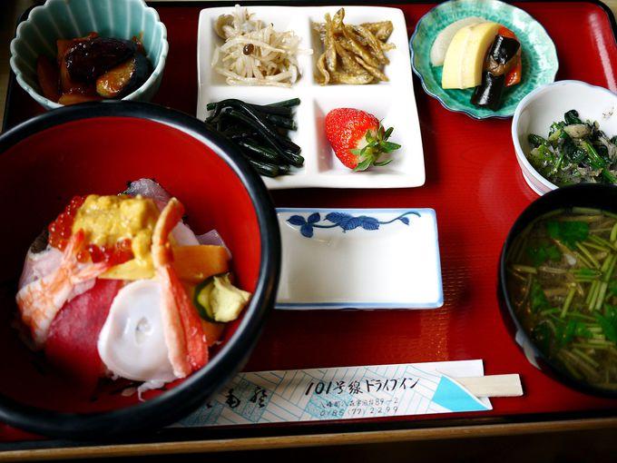 日本海の景勝を眺めながら食べる老舗仕出し屋のお惣菜付き海鮮丼