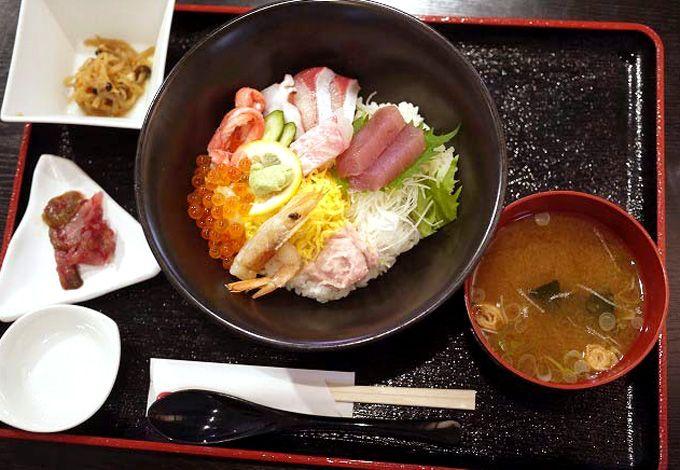 海鮮丼を自分好みにカスタマイズ!
