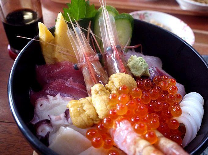 男鹿海鮮市場併設の食堂で贅沢な海宝丼に舌鼓