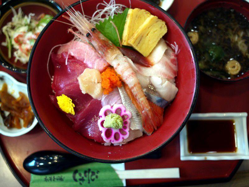 温泉で旅の疲れを癒したあとは、おいしい海鮮丼で腹ごしらえ