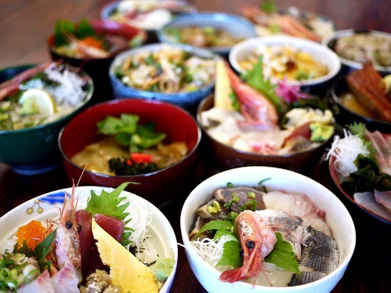 朝獲れの新鮮な鮮魚からエスニックフードまで!バラエティ豊かな島グルメ