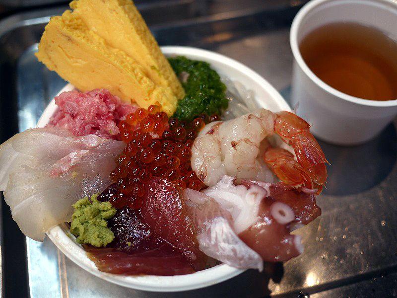 「あかつ水産」で新鮮な鮮魚をいただいたあとは買物三昧!
