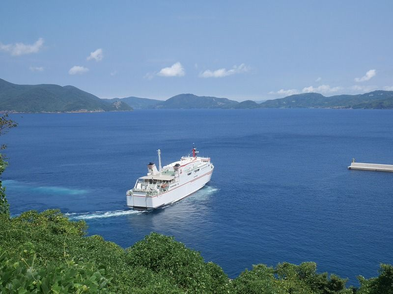 島の高台に建つ眺めの良いホテル