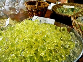 妖しく輝くウランガラスをお土産に!ノヴィボールのチェコガラス工房アヤェト