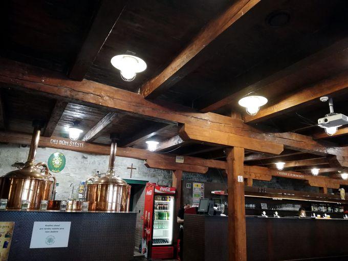 蒸留所の中のレストランでビールの飲み比べをしよう!