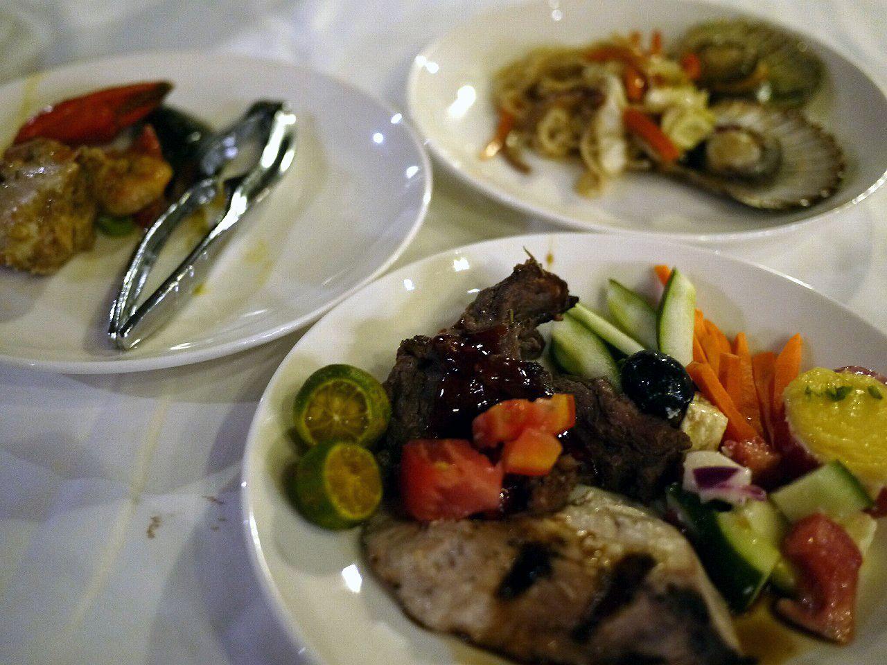 ブッフェスタイルの食事でフィリピンを味わおう!