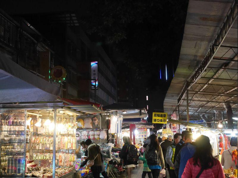 睡眠不足に注意!台北・禾順商旅は艋舺夜市のど真ん中