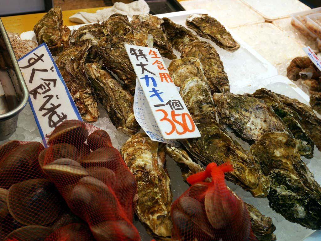 地元日立の魚を中心に獲れたて鮮魚が並ぶ鮮魚店