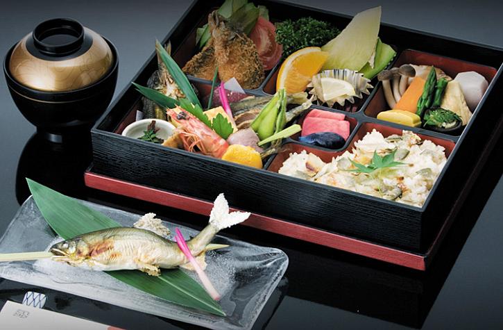地元の旬の食材を長良川の水で調理した贅沢なお料理
