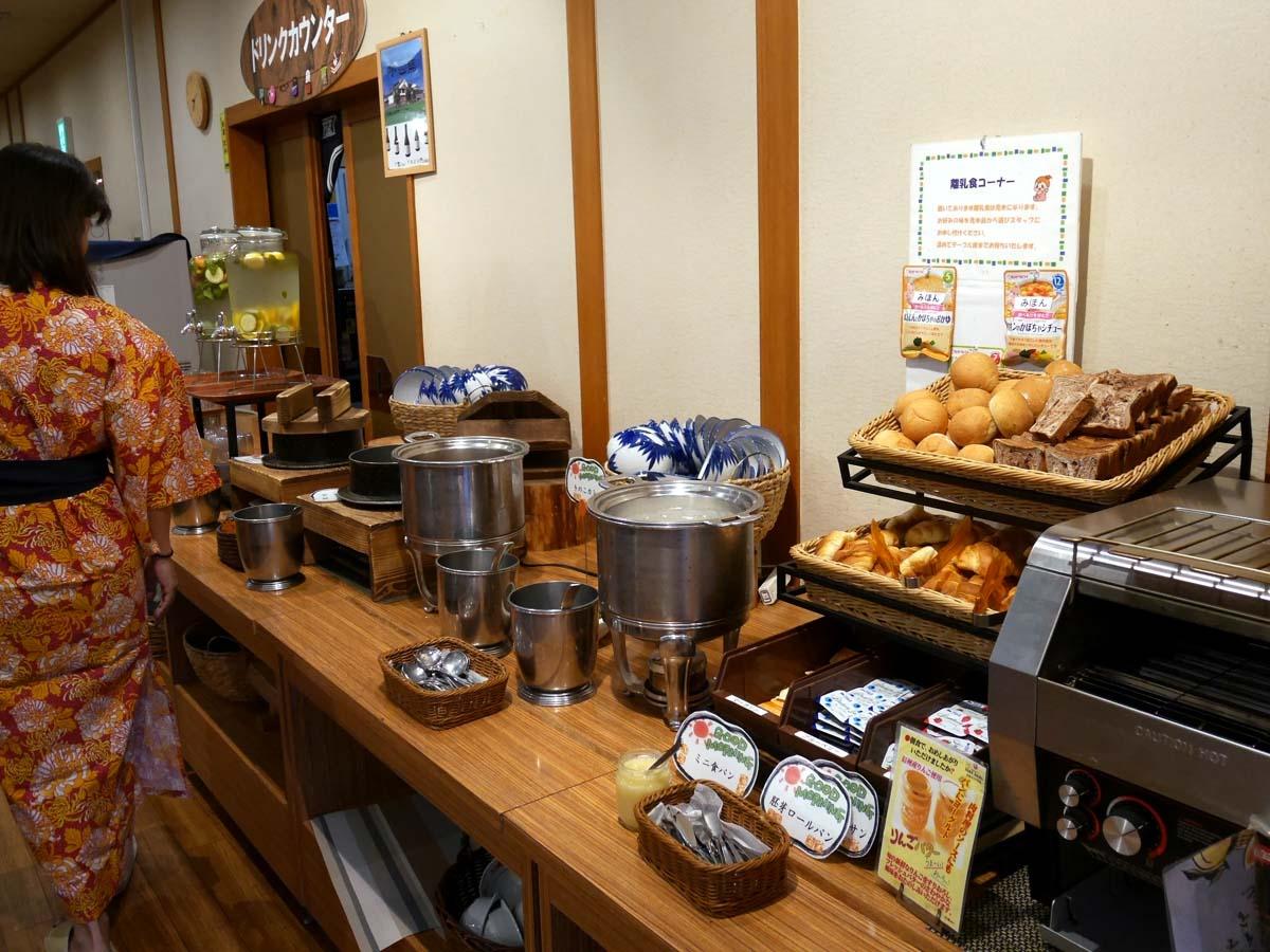 地元の旬の素材を使用したお料理が並ぶ「万座ホテル聚楽」