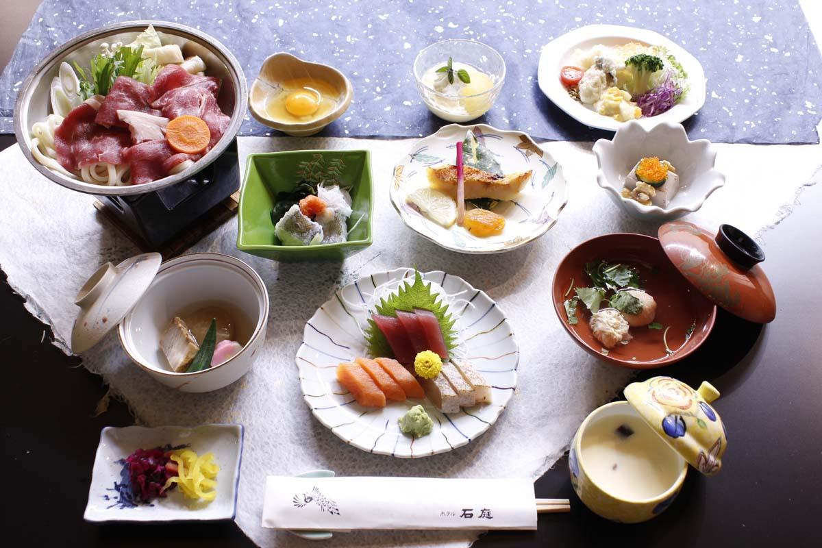 武田信玄ゆかりの郷土料理が並ぶ夕ご飯