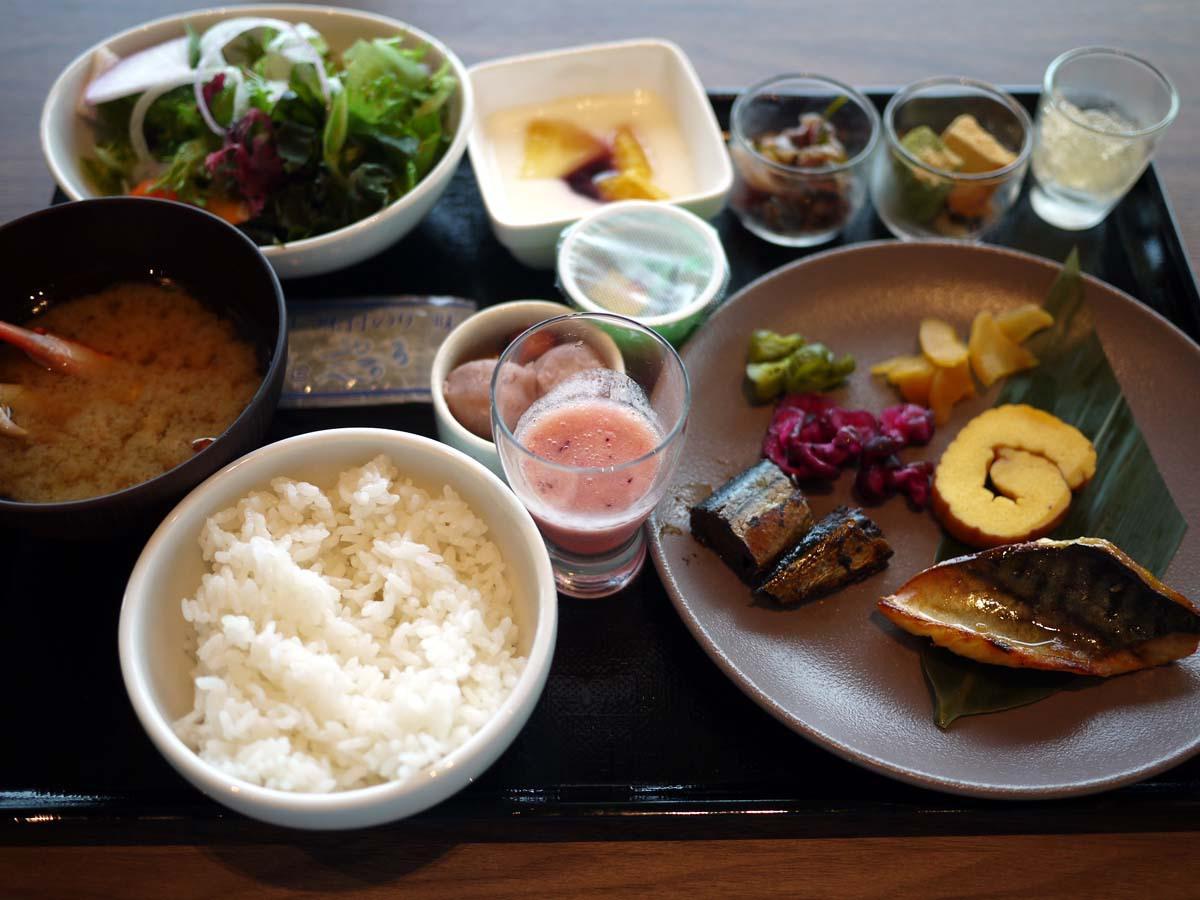 1日のスタートは豊洲市場の食材を使った朝食で