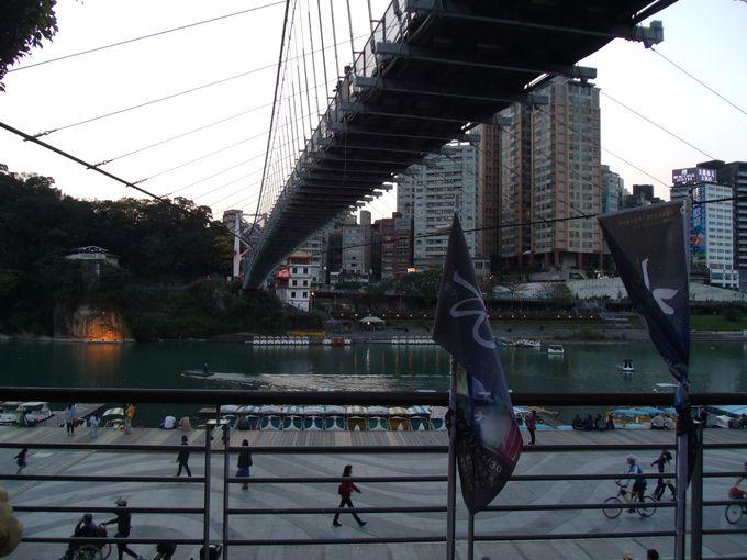 台北MRT新店駅からすぐ!大きな吊り橋が目印「碧潭」