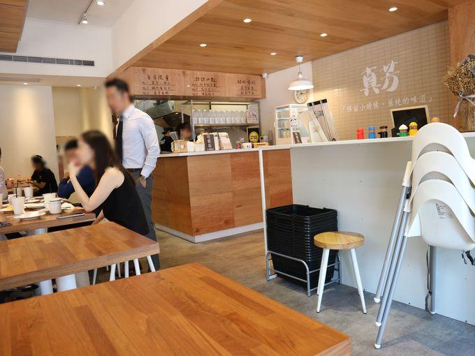明るく清潔感のあるカフェ風店内