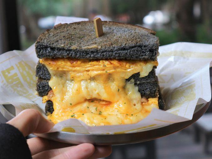 チーズがまるで滝のよう!絶品サンドイッチにタピオカミルクティー