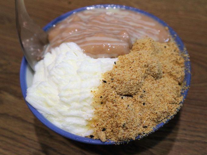 お餅とタロイモがたっぷりのったミルクカキ氷が美味