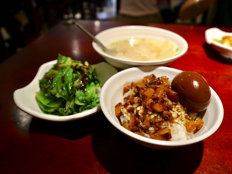 台湾の名物グルメ魯肉飯を台北駅前で「大稻チェン魯肉飯」