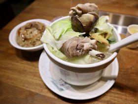 台湾の具沢山な薬膳地鶏スープで栄養補給!台北「雙月食品社」