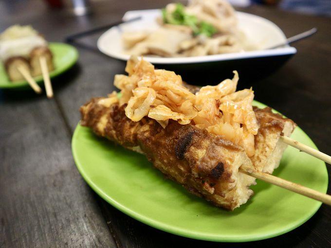 串焼き臭豆腐を竹の子煮と一緒に「頂街串燒臭豆腐」